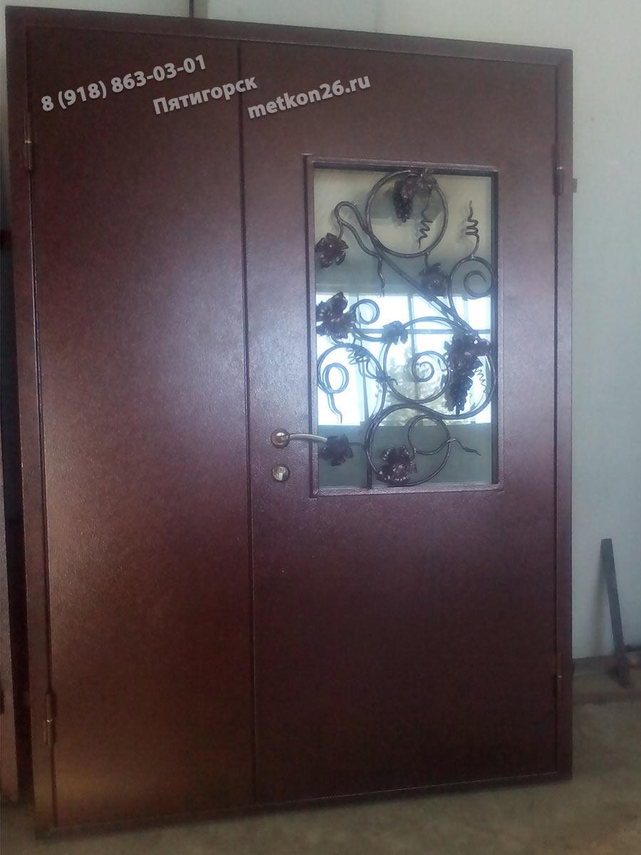 Двухстворчатые кованые двери со стеклом. Изготовление и установка на заказ под ключ. КМВ. Пятигорск. Ессентуки. Лермонтов. Железноводск. Минеральные Воды. Кисловодск. Георгиевск.